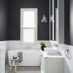 Salle de bain blanche et noir