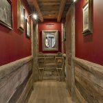 Un couloir avec du bois et de couleur rouge
