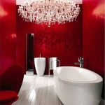 Une salle de bain chic en rouge