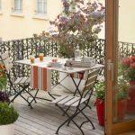 Balcon avec petite table