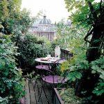 Balcon avec beaucoup de verdure